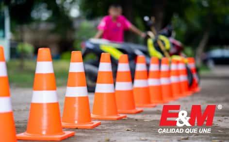 Los elementos de señalización vial garantizan la seguridad de los trabajadores y las personas que circulan cerca a la obra en proceso.